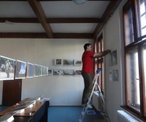 Príprava výstavy fotografií